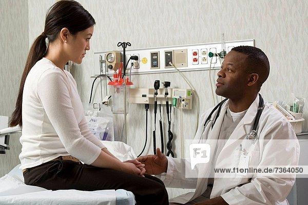 Profil  Profile  Frau  sprechen  Arzt  jung