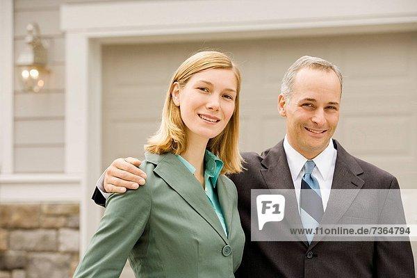 Portrait Geschäftsfrau Geschäftsmann lächeln