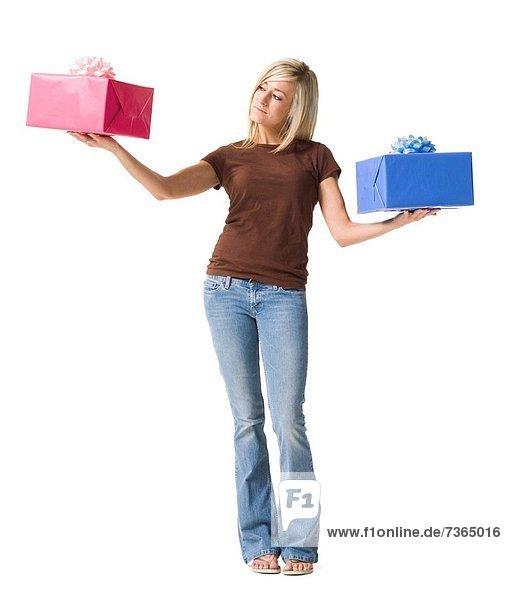 Portrait of a junge Frau hält gifts