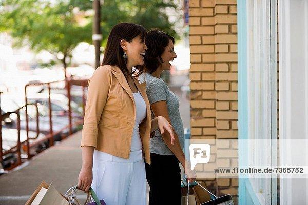 Frau  tragen  junger Erwachsener  junge Erwachsene  Tasche  kaufen  jung  Erwachsener