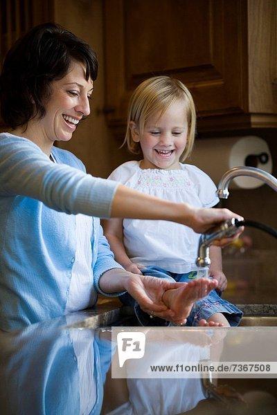 Spülbecken  waschen  Tochter  Mutter - Mensch