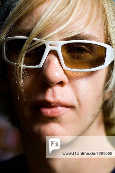 Mann  jung  Kleidung  Sonnenbrille