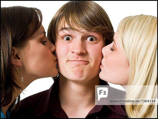 Junge - Person  küssen  2  Mädchen
