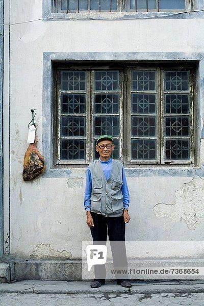 Außenaufnahme  Mann  Brille  lächeln  freie Natur