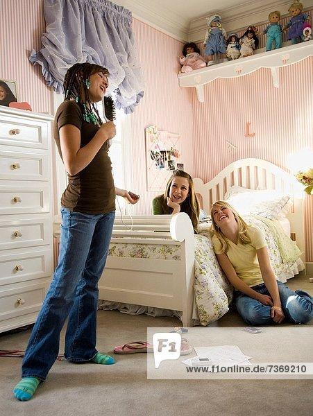 Freundin  lachen  Schlafzimmer  Gesang  Haarbürste  Bürste  Mädchen
