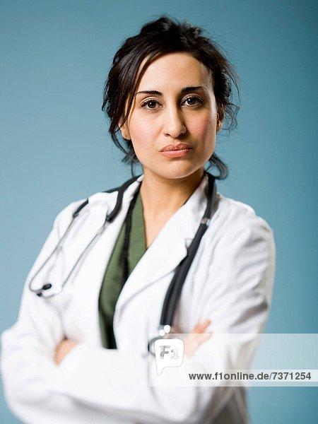 Ärztin mit Armen überschritten