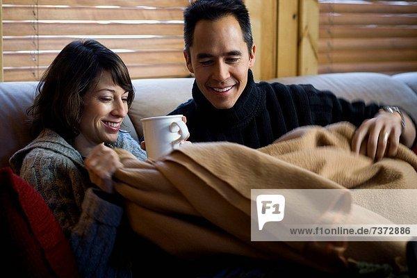 Frau  Mann  Couch  lächeln  Decke