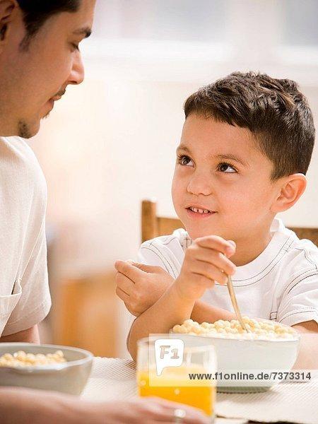 Zusammenhalt  Menschlicher Vater  Sohn  jung  Frühstück