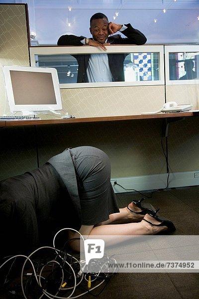 hocken - Mensch  Geschäftsfrau  Computer  Schreibtisch  sehen  Geschäftsmann  unterhalb