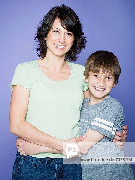 Portrait  Junge - Person  Arm umlegen  Mutter - Mensch