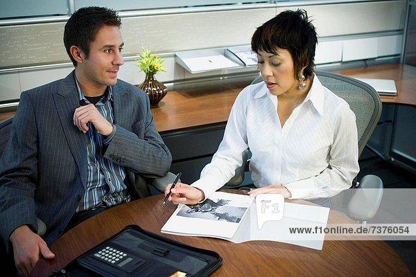 hoch  oben  Geschäftsfrau  Geschäftsmann  Besuch  Treffen  trifft  Ansicht  Flachwinkelansicht  Winkel