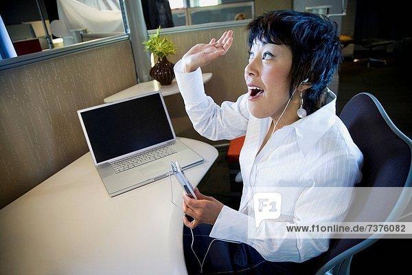 hoch  oben  Geschäftsfrau  zuhören  Spiel  Ansicht  Flachwinkelansicht  MP3-Player  MP3 Spieler  MP3 Player  MP3-Spieler  Winkel