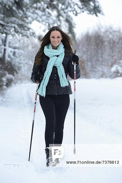 Junge Frau im Schnee  Oberpfalz  Deutschland  Europa