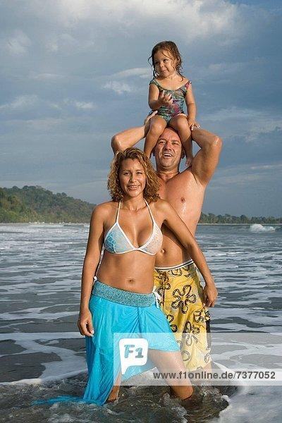 Strand  Menschliche Eltern  jung  Tochter  spielen