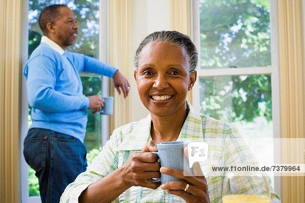 hinter  stehend  Senior  Senioren  Frau  Mann  Tasse  halten  Kaffee