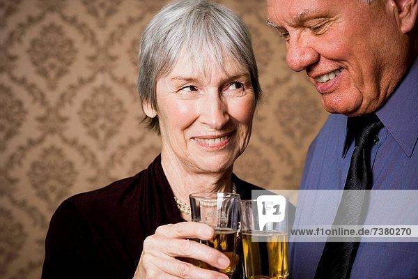 Portrait  Wein  Senior  Senioren  halten