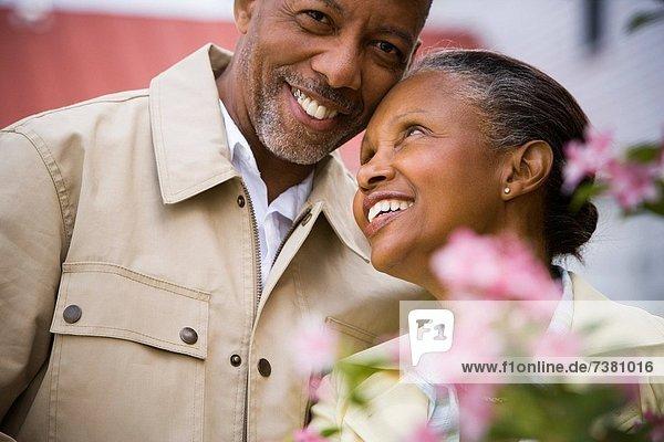 hinter  Senior  Senioren  Frau  Mann  Blume  lächeln