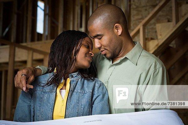 bauen Portrait lächeln Wohnhaus jung