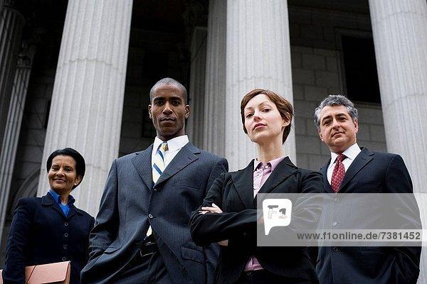 Gerichtsgebäude Portrait frontal Anwalt