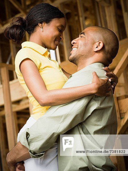 Profil Profile junge Frau junge Frauen Mann umarmen lächeln jung
