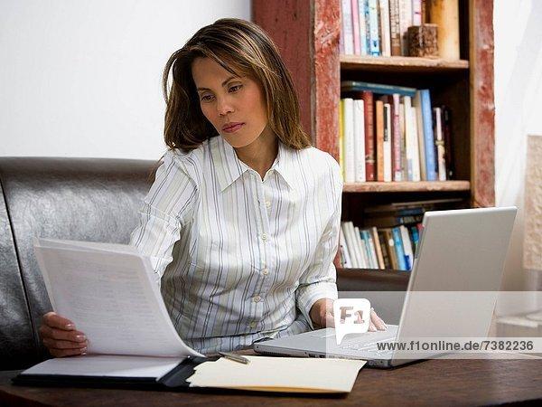 Geschäftsfrau arbeiten auf Laptop-Computer
