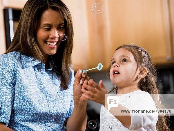 blasen  bläst  blasend  Blase  Blasen  jung  Tochter  Mutter - Mensch