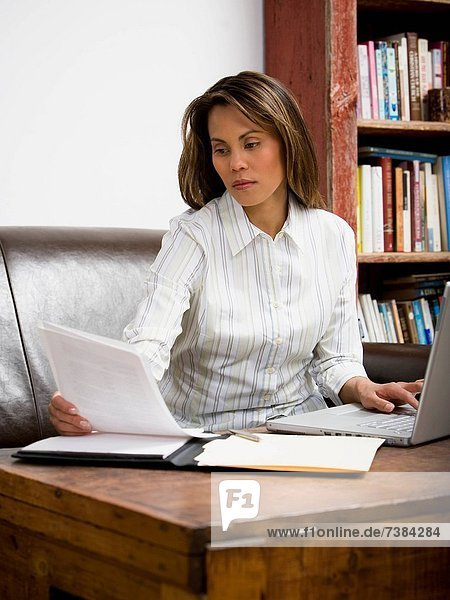 Weiblich working in home-office Heimarbeitsplatz