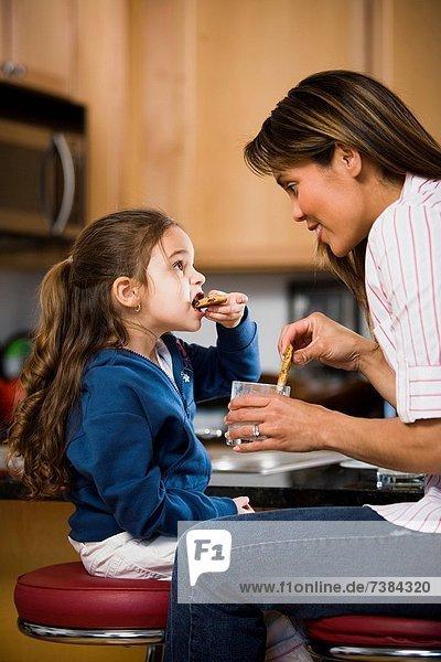 jung  Tochter  Keks  essen  essend  isst  Mutter - Mensch