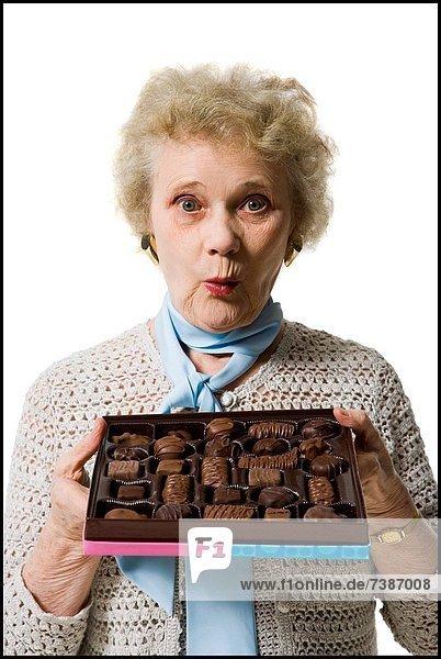 Frau  halten  Schokolade  alt