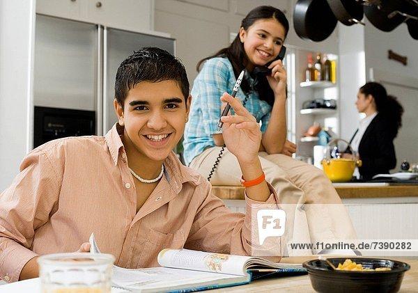 sprechen  Junge - Person  lernen  Mädchen  Tisch