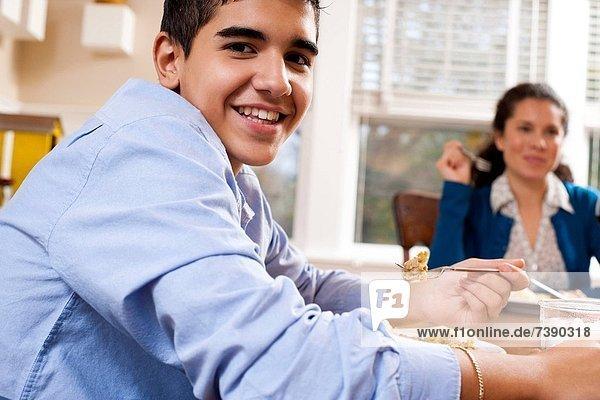 Kaffeebohne  lächeln  Junge - Person  grün  essen  essend  isst  Bohne