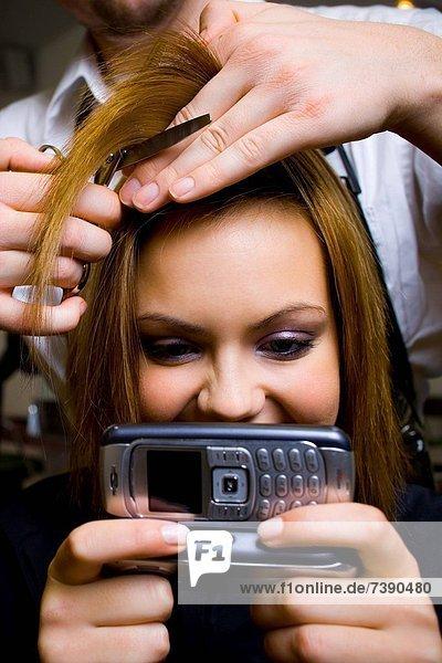 Frau  lächeln  schneiden  Fotohandy  jung  Haar