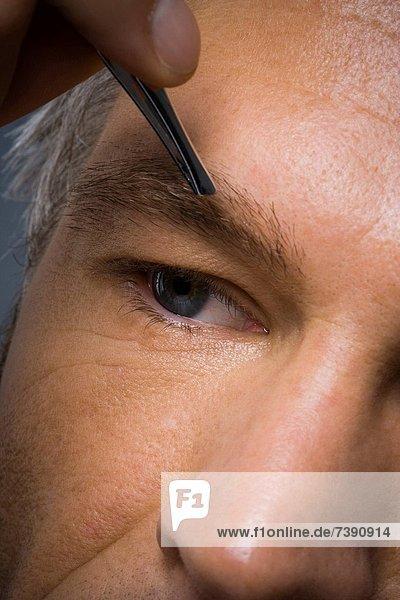 Mann  Close-up  close-ups  close up  close ups  Pinzette  Augenbraue  zupfen