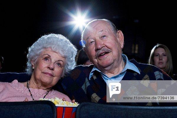 Frau  Mann  sehen  lächeln  Film  Theatergebäude  Theater