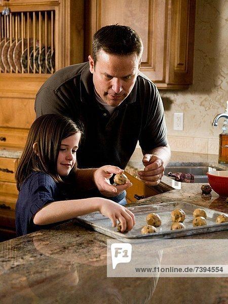 Mann  Küche  backen  backend  backt  Keks  Mädchen