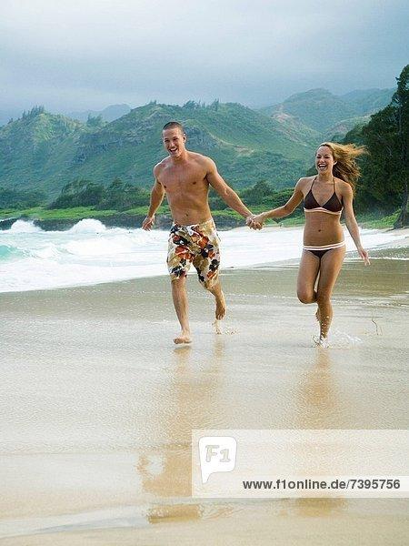 Frau  Mann  gehen  Strand  halten