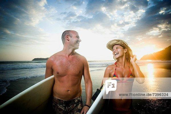 Frau  Mann  sehen  halten  Surfboard