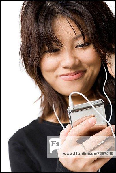 Frau mit lächelnd mp3-player