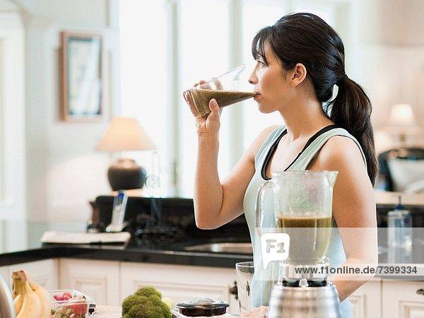 Vereinigte Staaten von Amerika  USA  stehend  Frau  Küche  Berg  Cocktail  Mittelpunkt  trinken  Erwachsener  Utah