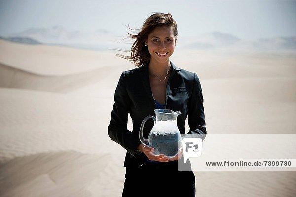 Vereinigte Staaten von Amerika  USA  stehend  Wasser  Geschäftsfrau  halten  Wüste  jung  Kanne  Utah