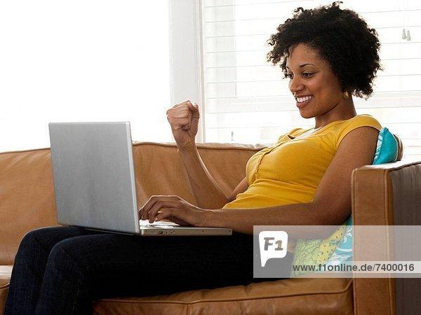 Vereinigte Staaten von Amerika  USA  sitzend  benutzen  Frau  Notebook  Couch  jung  Utah