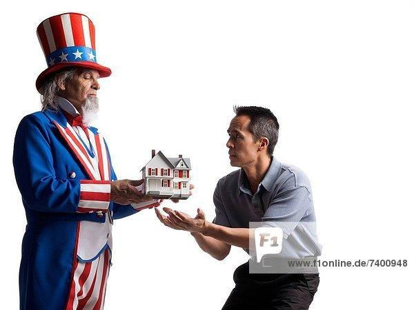 Studioaufnahme Mann geben Wohnhaus Modell Onkel Kostüm - Faschingskostüm Verkleidung