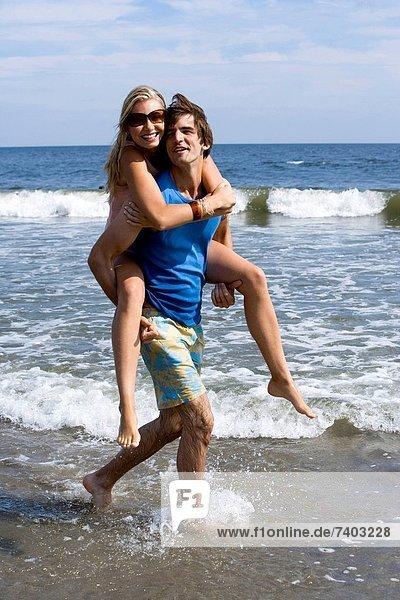 Wasser Frau Mann tragen Strand seicht