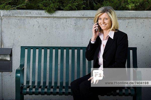 sitzend  Geschäftsfrau  Sitzbank  Bank