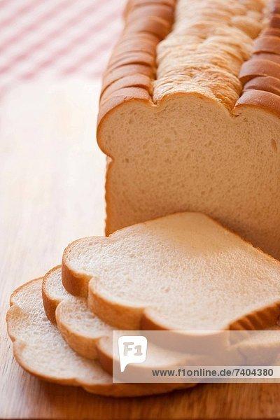 Laib Brot in Scheiben geschnitten