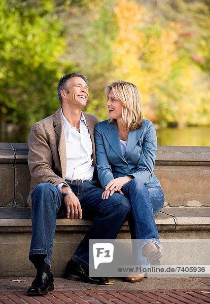 Mann und Frau sprechen