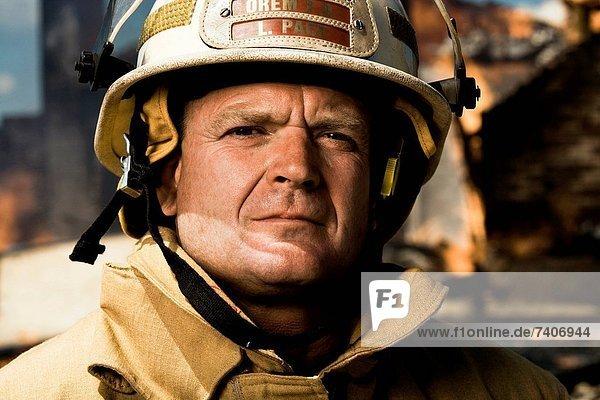 Portrait  Hintergrund  Feuer  Feuerwehrmann