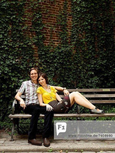 Vereinigte Staaten von Amerika  USA  Portrait  New York City  Sitzbank  Bank  jung