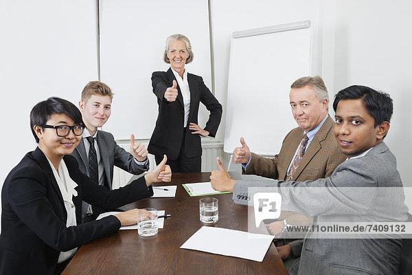 hoch  oben  Mensch  geben  Menschen  Geschäftsbesprechung  Besuch  Treffen  trifft  Menschlicher Daumen  Menschliche Daumen  multikulturell  Business
