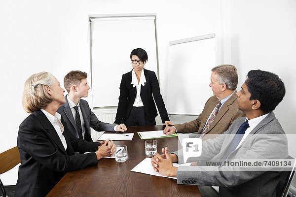 Wirtschaftsperson  Geschäftsbesprechung  Zimmer  Besuch  Treffen  trifft  multikulturell  Konferenz